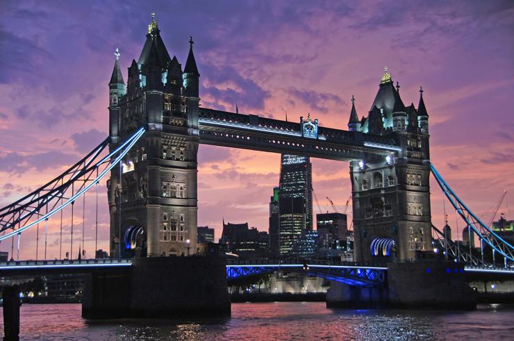 Start med et par flybilletter til London
